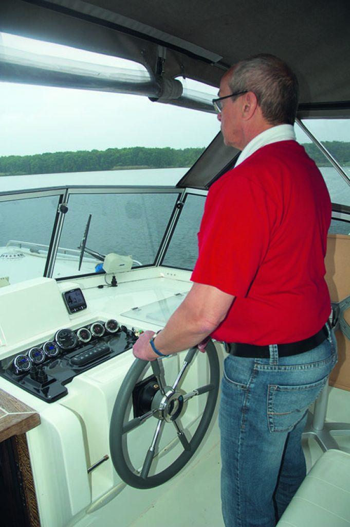Caro 6 Steuerstand mit stehendem Skipper