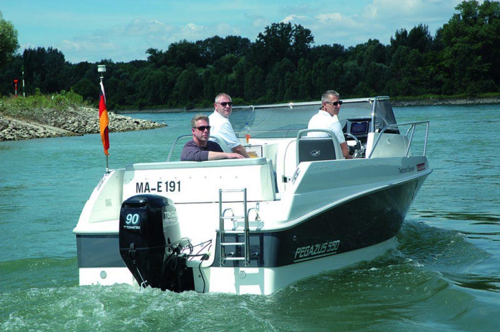 Pega 23 Boot schr+§g von achtern